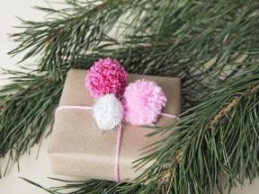 Geschenke_mit_bunten_Bommeln_verpacken